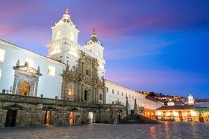 Plaza de san francisco dans la vieille ville de quito photo