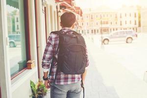 arrière du jeune voyageur avec sac à dos en vacances d'aventure photo