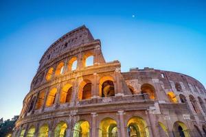 vue sur le colisée à rome au crépuscule photo