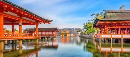 l'île de miyajima, la célèbre porte torii flottante photo