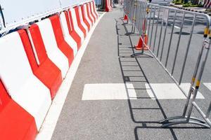 la route est fermée avec une clôture en raison de la construction photo