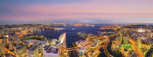 Toits de la ville de Yokohama à partir de la vue de dessus au coucher du soleil photo