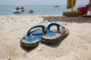 tongs bleues sur la plage photo