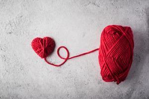 fil rouge en forme de coeur sur le fond du mur photo