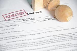 Timbre de contrat rejeté sur un papier photo