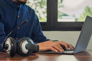 l'homme est un support en ligne pour casque d'appel à la maison photo