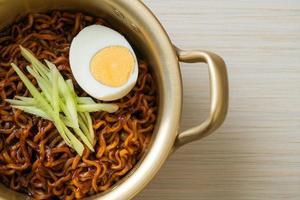nouilles instantanées coréennes avec sauce aux haricots noirs photo