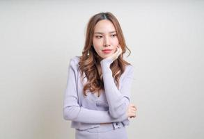 Portrait belle femme asiatique avec un sentiment heureux et souriant sur fond blanc photo