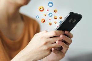 jeune femme utilisant la saisie de smartphone, bavardant la conversation. La technologie photo