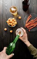 bière, verser, depuis, bouteille, dans, verre, noir, fond bois photo