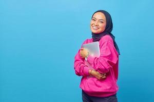 photo de femmes asie tenir un ordinateur portable porter un pull rose