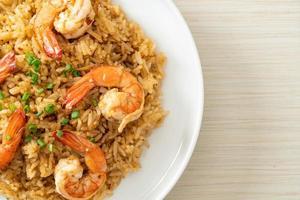 riz frit à l'ail avec crevettes ou crevettes photo