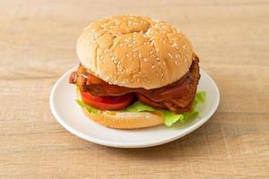 Burger de poulet grillé avec sauce sur plaque blanche photo