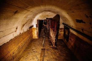 Porte blindée en métal rouillé dans le vieux bunker soviétique sale abandonné photo