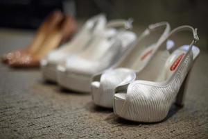 chaussures de mariée à talons hauts, chaussures de mariée, préparation de mariage photo