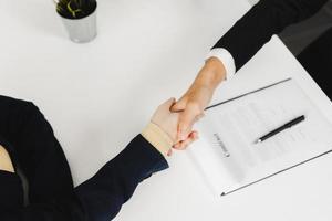 négociation réussie et accord commercial et poignée de main photo