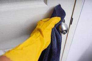 nettoyage à la maison, concept de protection contre le coronavirus photo