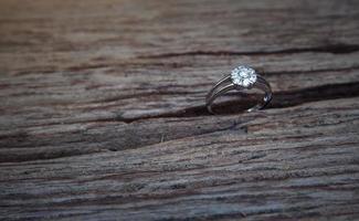 anneaux de mariage sur fond de table en bois photo