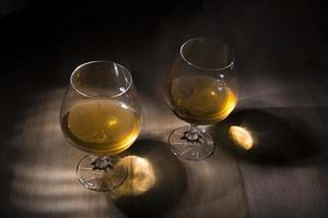 verre de cognac ou de cognac sur la table en bois photo
