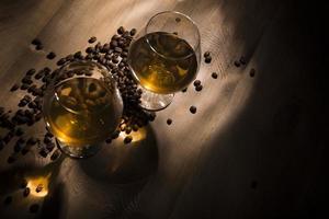 un verre de cognac sur un fond en bois photo