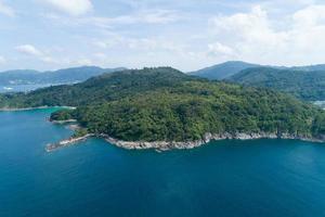 vue grand angle sur la mer tropicale photo