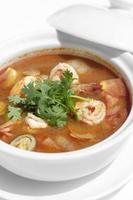 thai tom yum kung soupe de crevettes épicées et aigres sur fond de table en bois à phuket en thaïlande photo