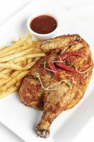 Piri piri portugais épicé demi poulet rôti avec frites sur plaque au restaurant de lisbonne photo