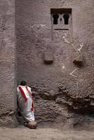prêtre orthodoxe copte priant à lalibela anciennes églises monolithiques taillées dans la roche monument site du patrimoine de l'unesco en éthiopie photo
