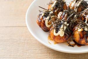 boulettes de takoyaki ou boulettes de poulpe photo