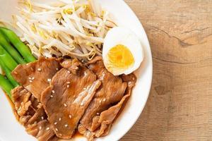 sauté de porc teriyaki aux graines de sésame, germes de haricot mungo, œuf à la coque et ensemble de riz - style de cuisine japonaise photo