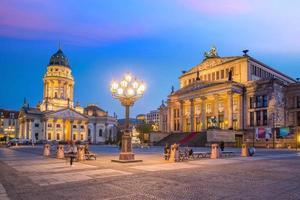 vue panoramique sur la célèbre place gendarmenmarkt au coucher du soleil à berlin photo
