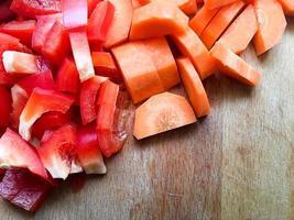 poivron et carotte hachés sur la table de la cuisine photo