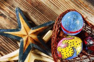oeufs de pâques dans un panier coeur et étoiles de mer photo