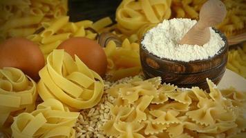 pâtes macaroni italiennes non cuites photo