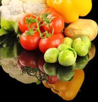 mélange frais et sain de composition de légumes crus photo