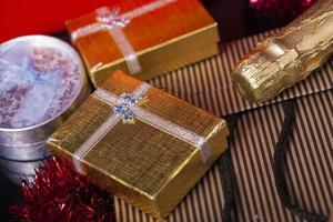 concept de boîte cadeau champagne anniversaire noël saint valentin photo