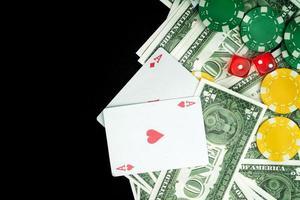 dés rouges jetons d'argent et cartes de jeu photo