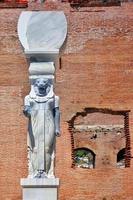statue de déesse égyptienne en bazilica rouge de bergama en turquie photo