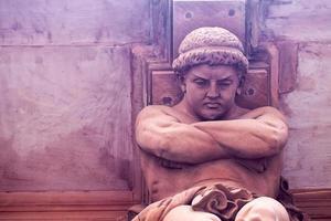 statue de dieu grec sur un bâtiment en brique photo