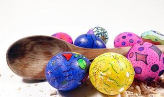 oeufs de pâques pascals colorés et célébration de cuillère en bois photo