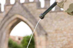 eau sortant d'une fontaine en fer photo