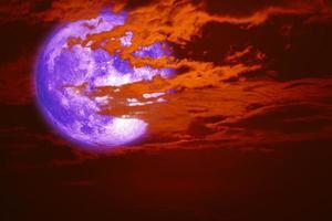 super lune de neige de retour sur le nuage de silhouette sur le ciel coucher de soleil photo
