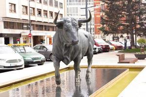 burgos, espagne, 2021 - sculpture de taureau de combat photo