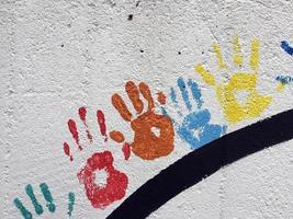Grunge graffiti forme de symbole de la main sur le mur de pierre photo