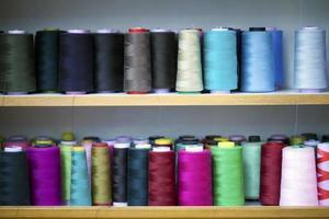 rouleau de tissu de fibre sur fil de bobine et de cordes légères photo