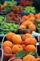 fruits délicieux bio fraise prune et abricot photo