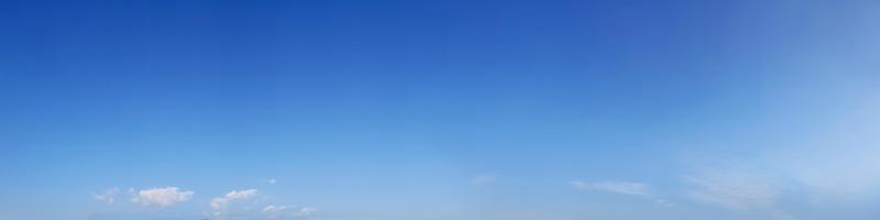 ciel panoramique aux couleurs vives avec des nuages par une journée ensoleillée. photo