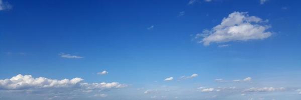 ciel panoramique avec des nuages par une journée ensoleillée. photo
