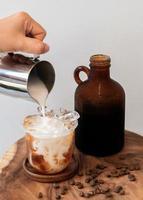 boisson au café glacé avec mousse et grains de café photo
