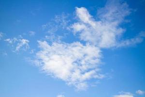 ciel avec des nuages par une journée ensoleillée. photo